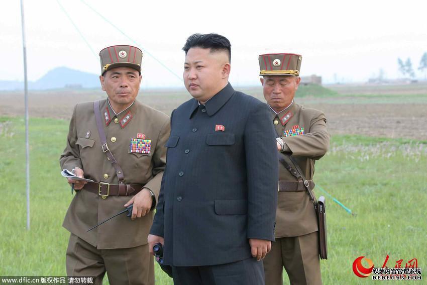 当地时间4月26日,朝鲜领导人金正恩观看第681部队炮击训练。  图片来源:东方IC